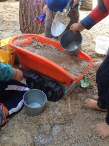 Juego libre con arena en el patio de La Tribu